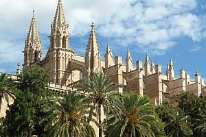 Sightseeing tour in Palma de Mallorca with shopping, from the north and east