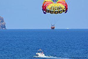 Auf Ibiza Parasailing ausprobieren