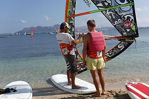 Learn how to windsurf in Mallorca: A taster course in windsurfing in Pollensa