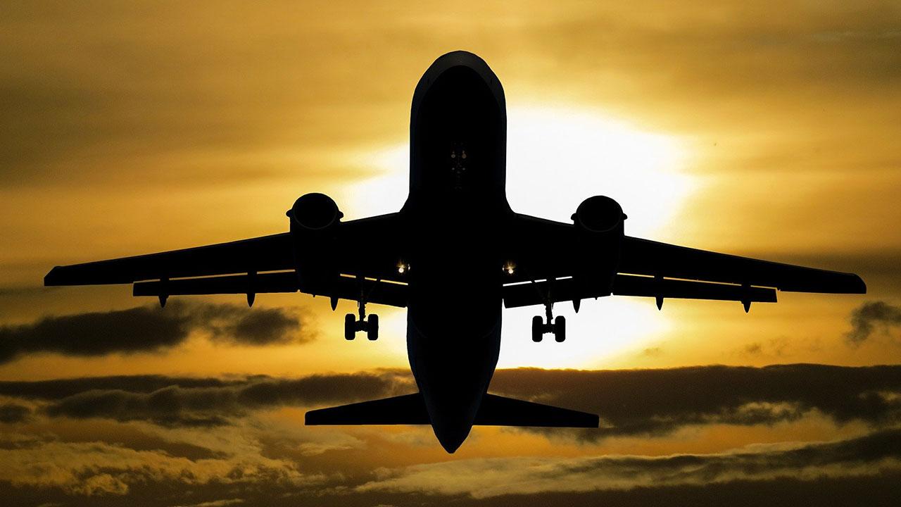 Flugzeug im Landeanflug beim Sonnenuntergang auf Mallorca