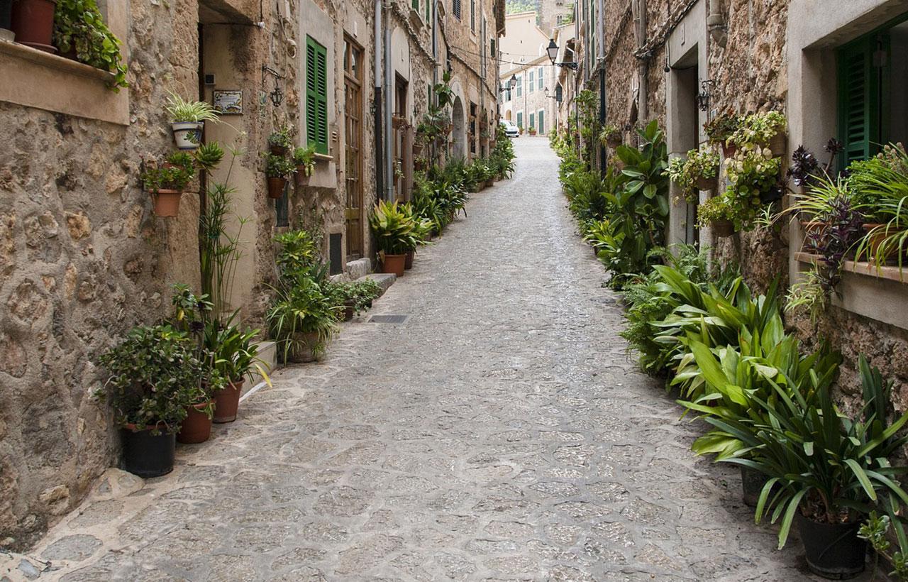 Typische Straße in Valdemossa im Tramuntana-Gebirge auf Mallorca